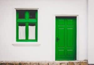 דלת כניסה ירוקה עם חלון