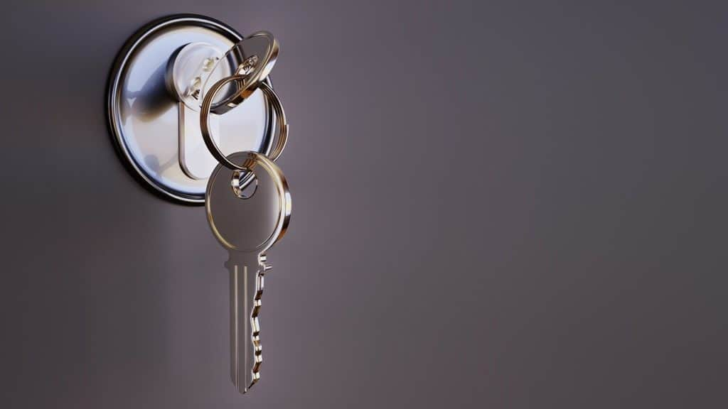 מפתחות על דל כניסה לבית