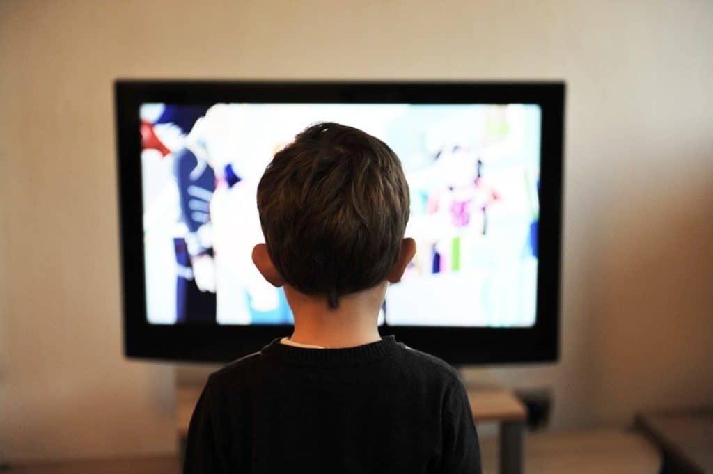 ילד צופה בטלויזיה