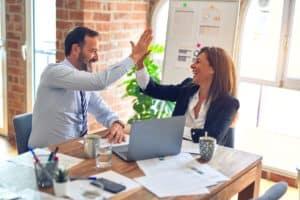 עורך דין ולקוחה בפגישה מוצלחת - אילוסטרציה