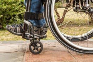 תקריב רגליים של אדם בכיסא גלגלים