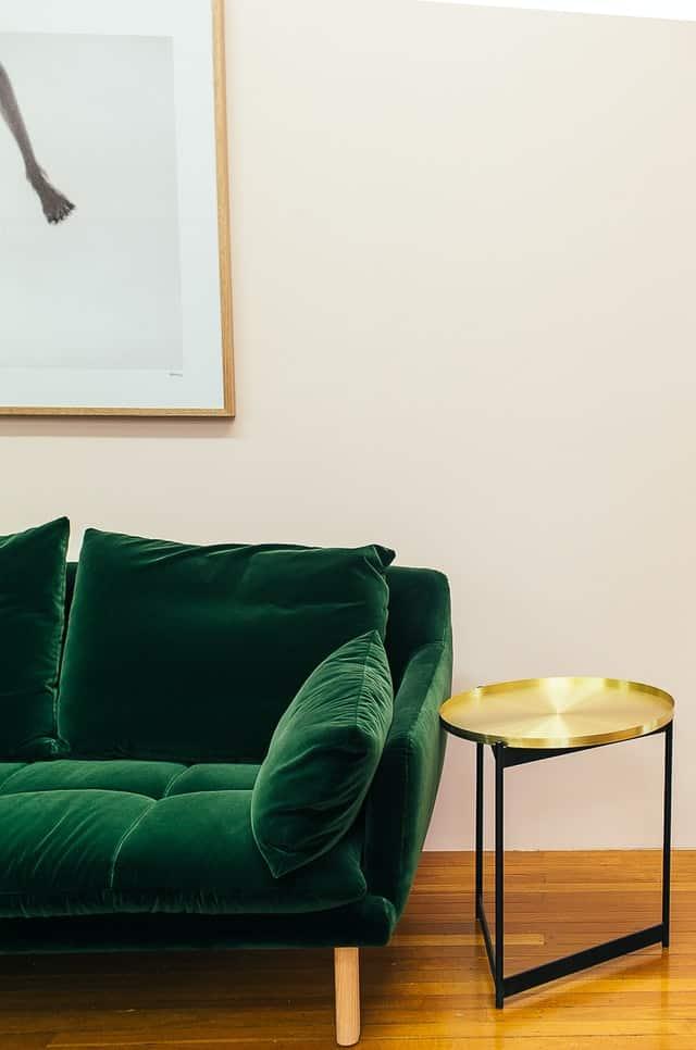 ספה ירוקה בסלון